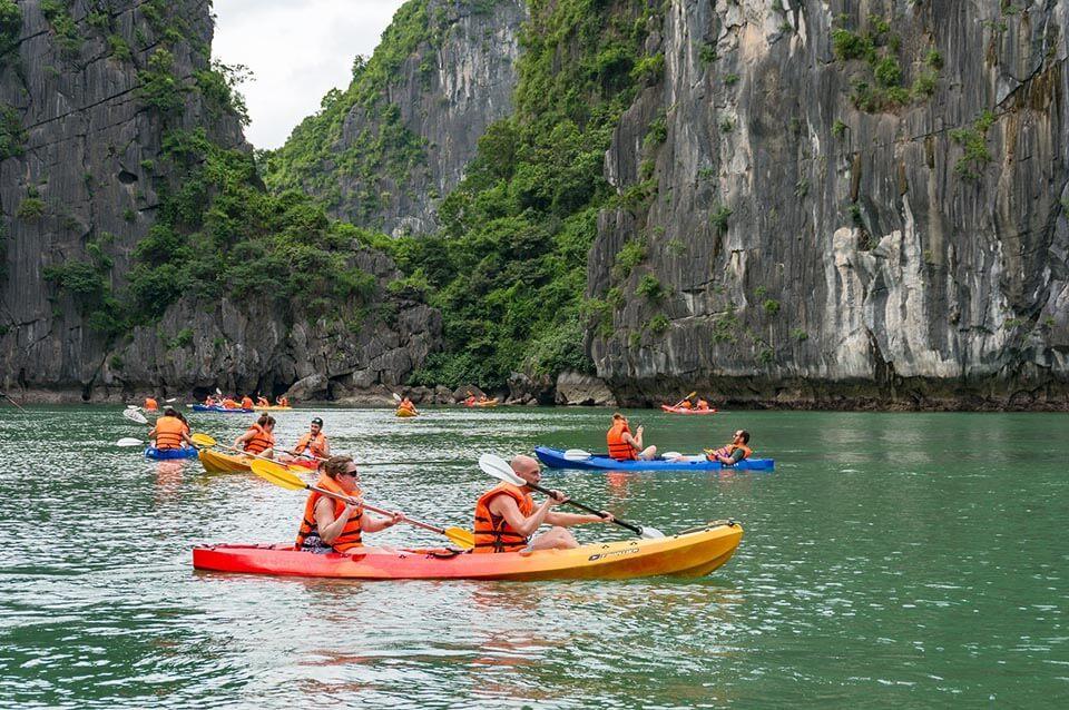 trèo thuyền kayaking ở vịnh hạ long
